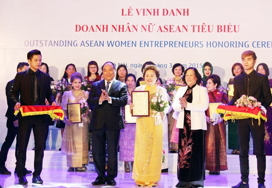 deputy-prime-minister-nguyen-xuan-phuc-offers-medals-to-36-outstanding-businesswomen-1645408-images236364-2